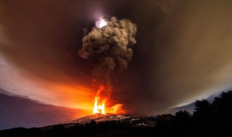 A-view-of-a-volcanic-eruption-at-Mount-Etna-405221