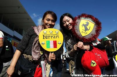 болельщицы Ferrari с табличками на Гран-при Японии 2011