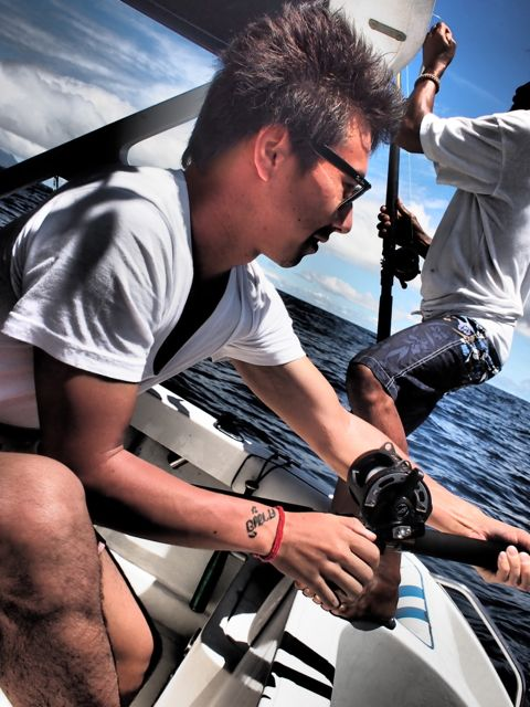 Камуи Кобаяши рыбачит в море на крупную рыбу
