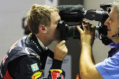 Себастьян Феттель целует телевизионную камеру после победы на Гран-при Сингапура 2011