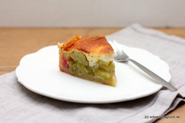 Stück Rhabarberkuchen mit Guss