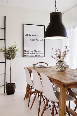 Mesa em madeira com cadeiras Eames