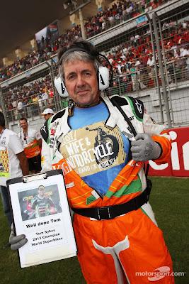 Нил Дики поздравляет Тома Сайкса с чемпионством в Superbike на стартовой решетке Гран-при Индии 2013