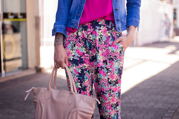 look calça estampada e jaqueta jeans (6)