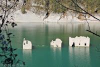 Am Stausee Lago di Redona. Überbleibsel eines versunkenen Ortes.