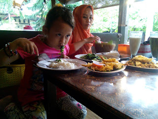 Makan Malam Di Kampung Bamboe