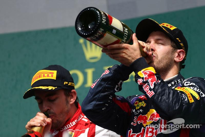 Фернандо Алонсо и Себастьян Феттель пьют шампанское на подиуме Гран-при Канады 2013