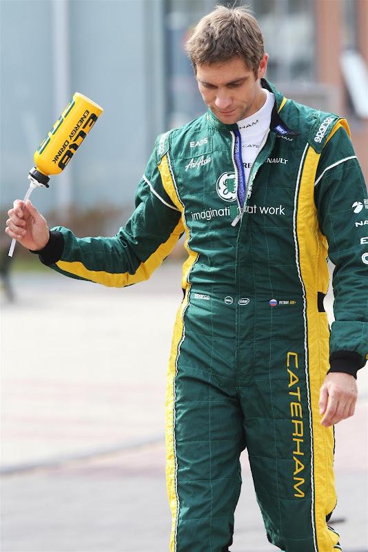 Виталий Петров размахивает бутылкой на Гран-при Кореи 2012