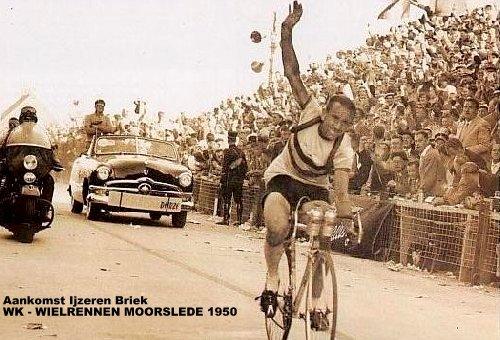 Aankomst ijzeren Briek WK wielrennen in Moorslede 1950