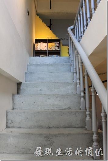 台南【A Week Pancake Coffee】一樓與二樓間的樓梯。