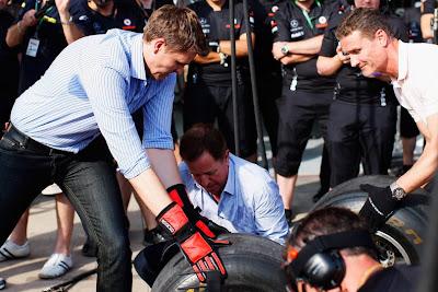 Джек Хамфри, Мартин Брандл и Дэвид Култхард меняют колесо на McLaren в Валенсии на Гран-при Европы 2011