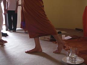 """Meditação andando: inspirando, """"pressionando pé, movendo corpo..."""""""