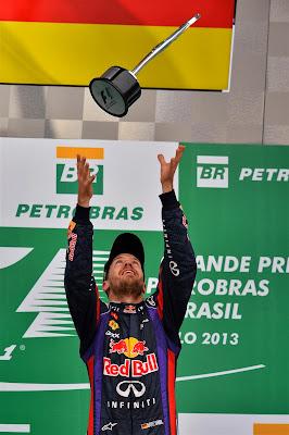Себастьян Феттель подбрасывает кубок на подиуме Гран-при Бразилии 2013