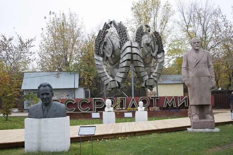fallen-monument-park-3