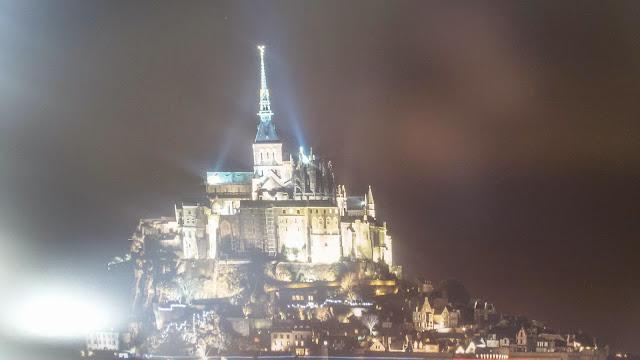 panorama notturno di Mont San Michel