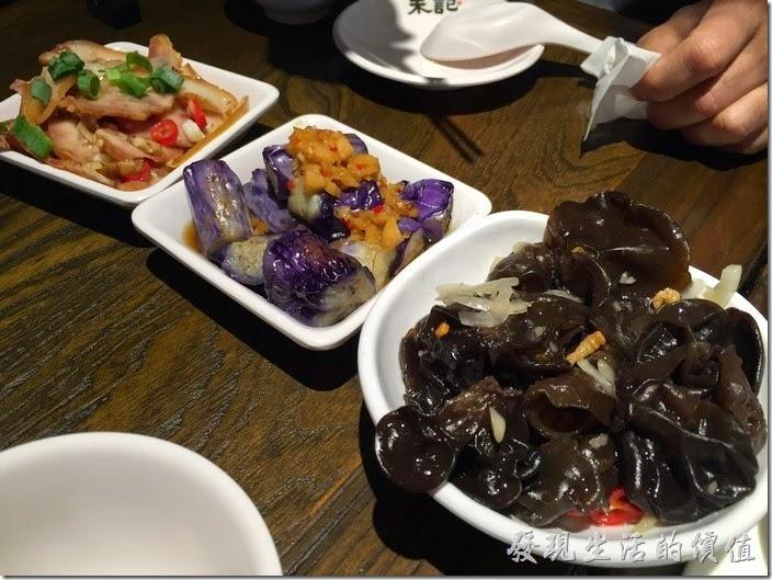 台北南港-朱記‧餡餅粥。豬耳朵(NT40)、涼拌茄子(NT40)、涼拌雲耳(NT60)都有一定的水準,敢吃茄子的朋友一定要拿一盤,軟嫩Q彈入味的好吃,一朵一朵的涼拌雲耳,冰涼好吃。