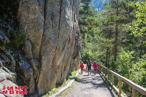 Pasando bajo las vías de escalada. ©aunpasodelacima