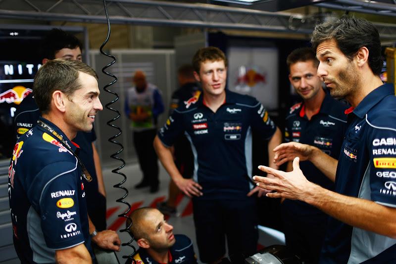 Марк Уэббер рассказывает что-то смешное механикам Red Bull в гараже команды на Гран-при Бельгии 2013