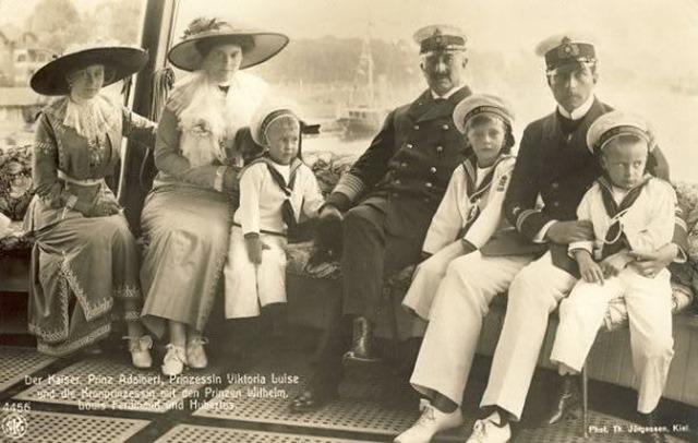 Con el kaiser Guillermo II y sus hijos