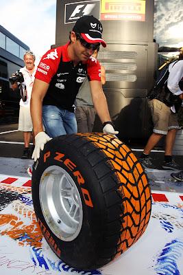 Тимо Глок рисует на холсте при помощи резины на Гран-при Италии 2011 в Монце