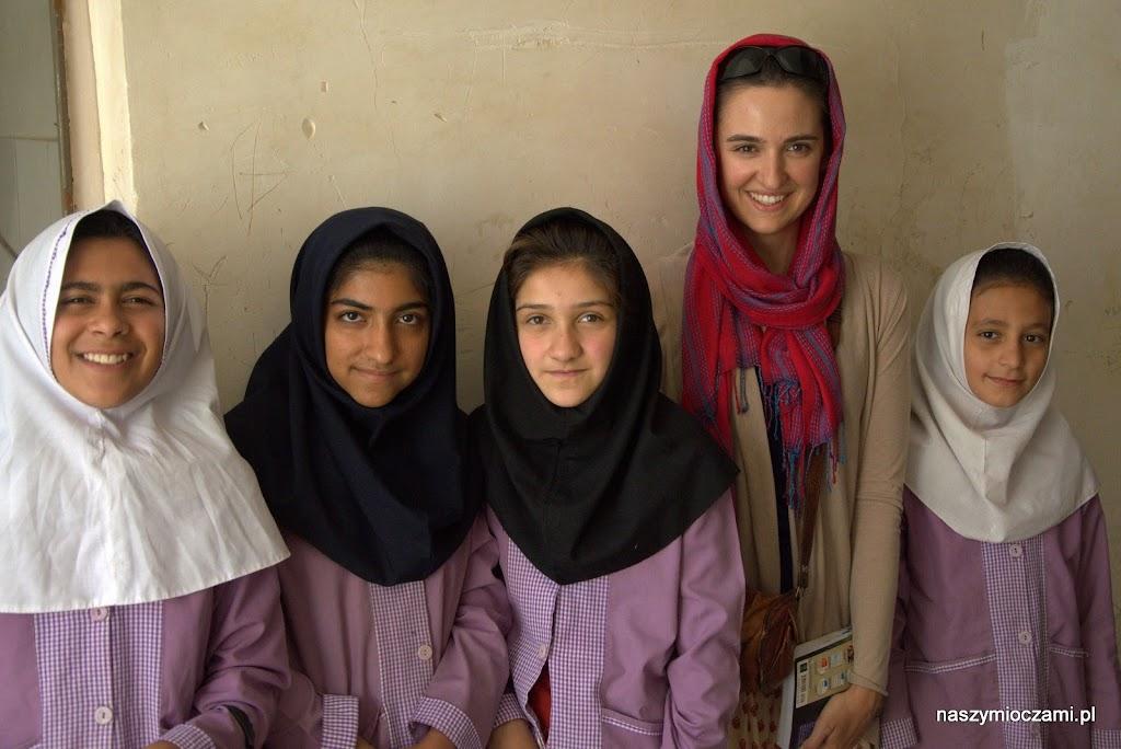 Pamiątkowe zdjęcie z dziewczynkami spotkanymi na ulicy