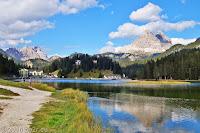 Am Monte Cristallo vorbei und einen kurzen Abstecher zum Musurina See. Rechts die Drei Zinnen, in der Bildmitte hinter dem Hügel die Drei Schwestern, links der Monte Piana.