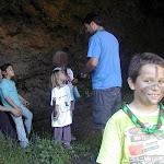Los castores se pintan la cara con restos de cenizas en la cueva