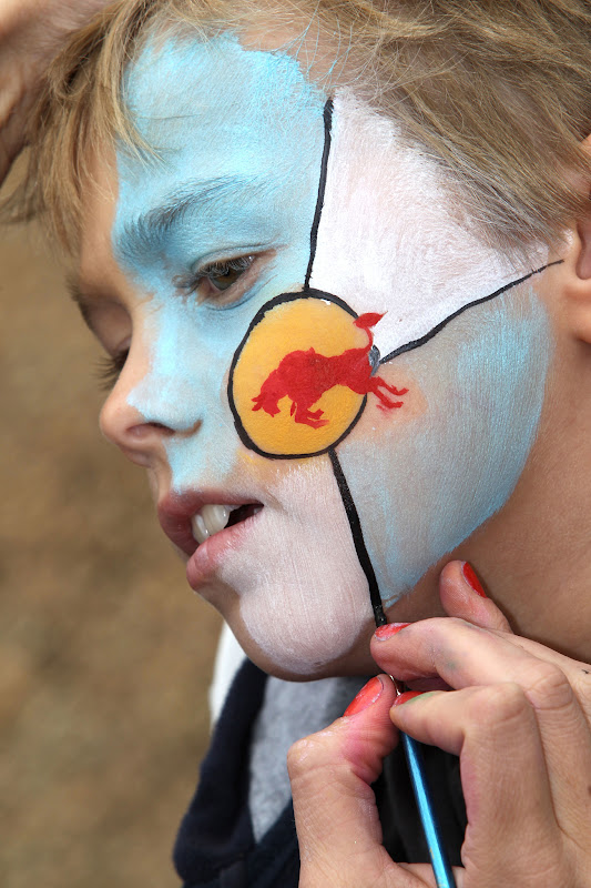 болельщик Red Bull наносит боевую раскраску на лицо на Гран-при Австралии 2012