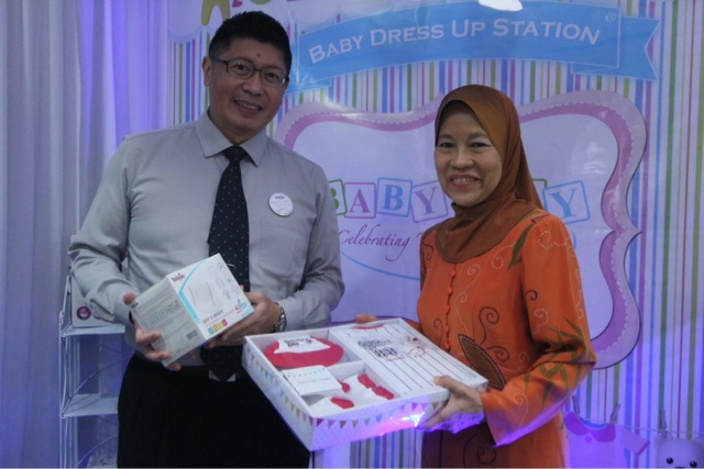 CEO of Tollyjoy Corporation, Mr. Tan Wee Keng (left) & Chairman of OrphanCARE Foundation, YB Tan Sri Faizah Mohd Tahir (right) officiate the launch of their first Baby Day in Malaysia!