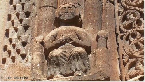 Personaje orante - Fachada de la iglesia de San Román - Cirauqui