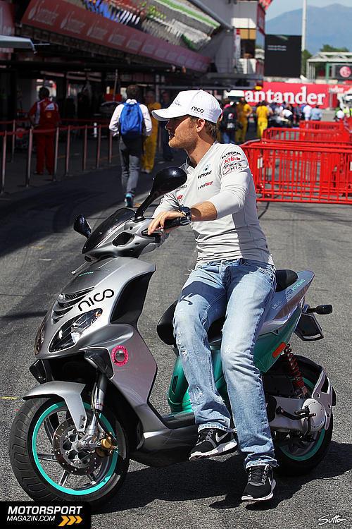 Нико Росберг на мопеде Mercedes GP на Гран-при Испании 2011
