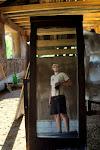 """:D Izmantojām spoguļus, lai saulīti """"iedabūtu"""" mājā uz iekšsienām to žāvēšanai. Tad nu arī neliels narcis-pašportrets... Netīrais celtnieks. :))"""