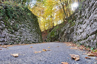 In der Schlucht hoch zum Piani di Clauzetto (670m). Westrampe. Durch diese hohle Gasse...