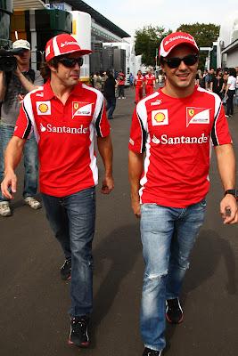 Фернандо Алонсо настораживается от улыбки Фелипе Массы на Гран-при Италии 2011 в Монце