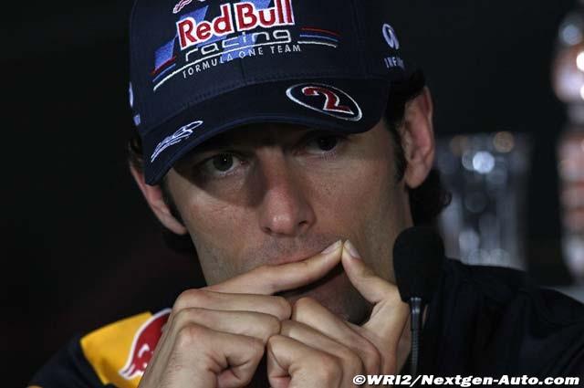 Марк Уэббер кусает палец на пресс-конференции Гран-при Италии 2011