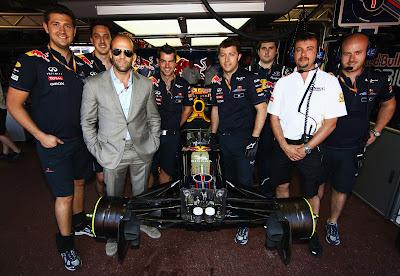 Джейсон Стэтхэм в боксах команды Red Bull с механиками на Гран-при Монако 2011