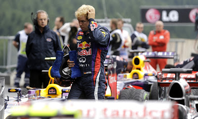 Себастьян Феттель разглядывает болид Mercedes после квалификации на Гран-при Бельгии 2013