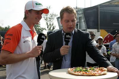 Нико Хюлькенберг дает интервью Sky и дегустирует пиццу на Гран-при Италии 2011 в Монце