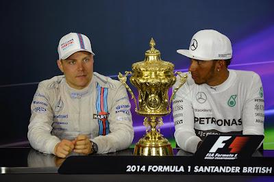 Вальтери Боттас и Льюис Хэмилтон с золотым кубком на пресс-конференции после гонки на Гран-при Великобритании 2014