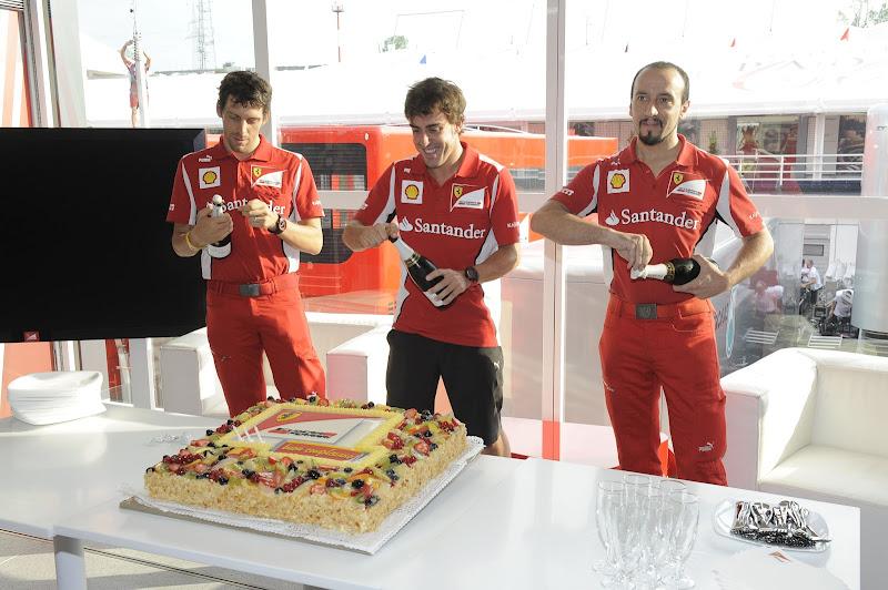 Фернандо Алонсо с механиками праздную день рождения пилота на Гран-при Венгрии 2012