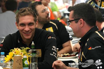 Виталий Петров и Эрик Буйе обедают вместе на Гран-при Бразилии 2011