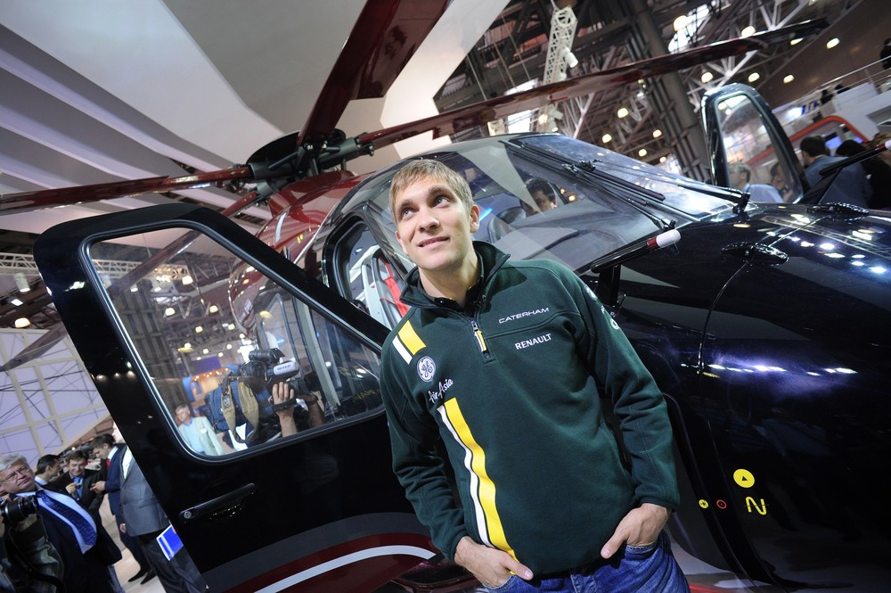 Виталий Петров на фоне вертолета на выставке HeliRussia-2012