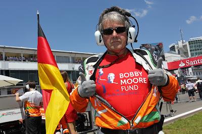 Нил Дики в футболке Bobby Moore Fund на стартовой решетке Гран-при Германии 2013
