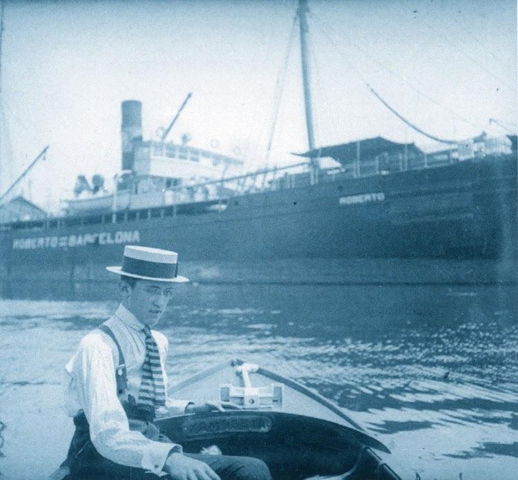 El ROBERTO en el puerto de Barcelona. El Sr. Roberto Ramos Dalmé, aparece en una típica foto de aquellos años. 1917. Del libro La casa ramos, 1845-1960. Más de un Siglo de Historia Marítima.jpg