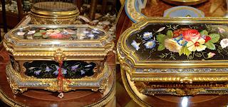 Шкатулка с мозаикой из мрамора. 19-й век. Цветочный узор из мрамора. Резная позолоченная бронза. 26/16/16 см. 5500 евро.