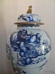 Escalier d'honneur : vase chinois blanc-bleu