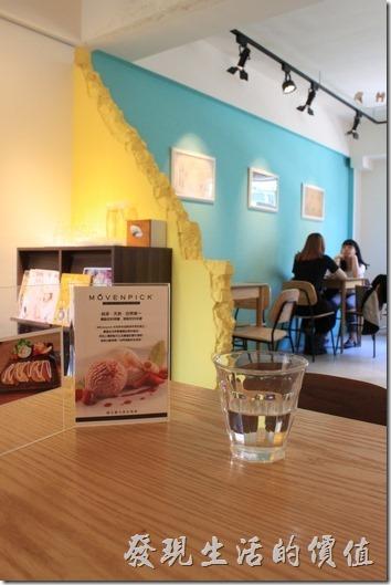 台南【A Week Pancake Coffee】餐廳二樓的景象與佈置。