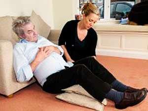 Mangsa serangan jantung disandarkan dan bawah lipatan lututnya disokong.