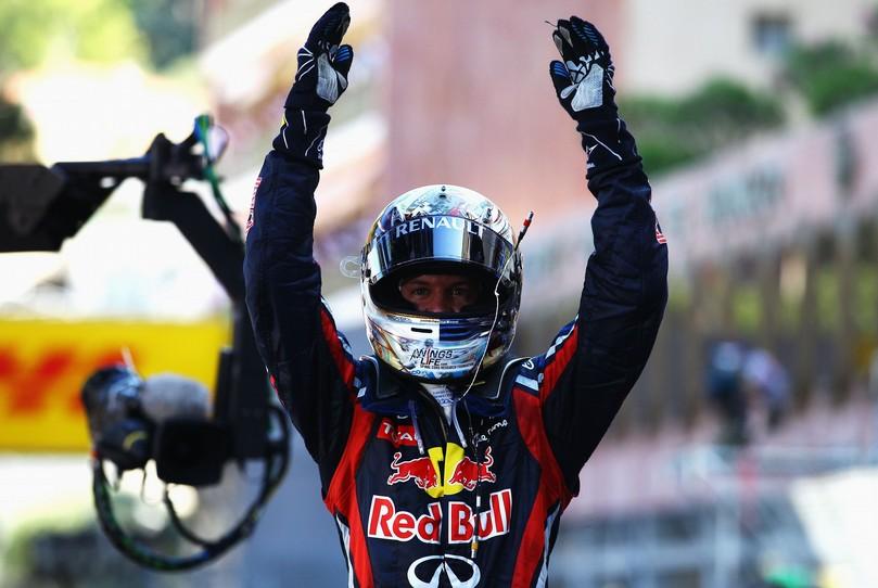 поклон Себастьяна Феттеля после победы на Гран-при Монако 2011