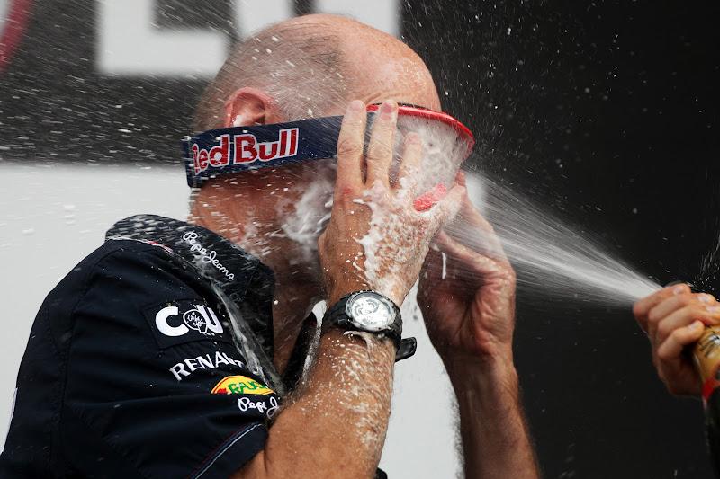 Эдриан Ньюи под атаками Себастьяна Феттеля с шампанским на подиуме Йонама на Гран-при Кореи 2012